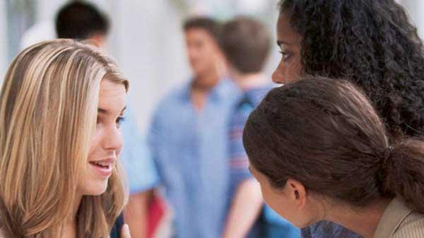 Alumnos de wanders idiomas en clase de apoyo de francés para jóvenes