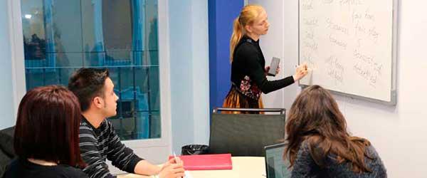 3 alumnos en clase de francés para estudiantes de relaciones internacionales en madrid