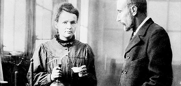 Marie Curie y Pierre Curie en su laboratorio