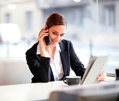 mujer hablado por telefono