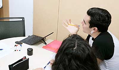 alumnos participando en una clases de francés