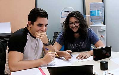Dos alumnos en una clase de francés Wanders Idiomas motivados en el trabajo