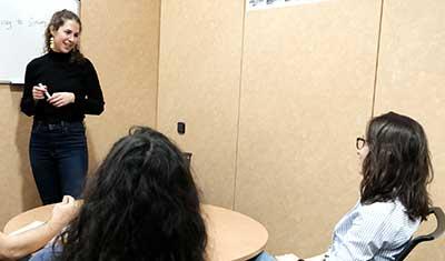 Profesora de francés en clases con tres alumnos en la academia wanders idiomas