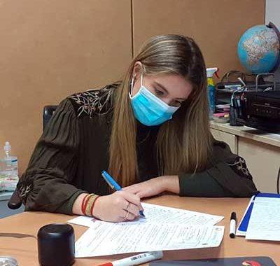 Estudiante preparando examen de francés para la carrera diplomática