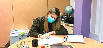 Alumna haciendo un dictado de francés