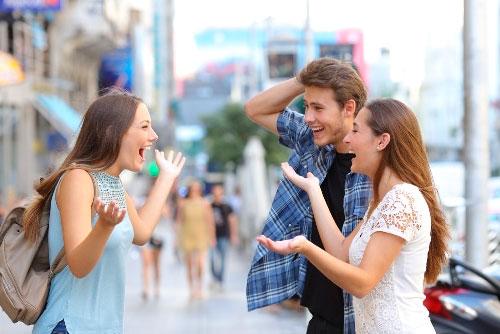 Tres jóvenes con actividades de inmersión lingüística en francés